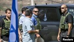 Perdana Menteri Israel Benjamin Netanyahu (tengah) keluar dari mobilnya yang dikelilingi penjaga saat akan menghadiri pertemuan dengan militer di Nablus, Tepi Barat (6/10). (Reuters/Baz Ratner)