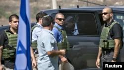 6일 요르단 서안지구 나블루스 시 군 기지에서 열린 안보회의에 참석한 벤자민 네타냐후 이스라엘 총리가 경호원들의 호위를 받으며 차에서 내리고 있다.