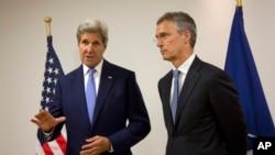 Ngoại trưởng Mỹ John Kerry (trái) gặp Tổng thư ký NATO Jens Stolenberg tại trụ sở NATO ở Brussels, Bỉ, ngày 27 tháng 6 năm 2016.