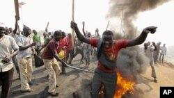 ພວກປະທ້ວງ ຊຸມນຸມກັນທີ່ ຖະໜົນແຫ່ງນຶ່ງ ນອກນະຄອນຫລວງ Abuja, ວັນທີ 9, ມັງກອນ 2012.