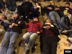 有大批參與集會的群眾一同手牽手躺在馬路上,演練令警方難以即時驅散示威者的動 作。