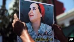 Photo de la journaliste Hajar Raissouni lors d'une manifestation de solidarité devant un tribunal à Rabat, au Maroc, le 9 septembre 2019.