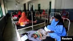 지난 달 28일 소말리아 모가디슈의 한 병원에 콜레라에 걸린 어린이들이 입원해 있다. 국제 구호단체 '세이브더칠드런'에 따르면, 아프리카를 비롯한 개도국에서의 아동사망률이 감소하고 있다.