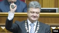 烏克蘭總統波羅申科在6月7日的就職儀式上展示總統印章。