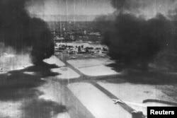 مصر کی فوجی ہوائی اڈے پر اسرائیلی حملے کے بعد دھواں اٹھ رہا ہے۔ (فائل فوٹو)