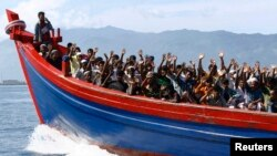 지난해 4월 버마를 출발해 호주로 향하던 로힝야족 난민들이 인근 임시 수용소로 이동하고 있다.
