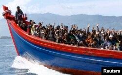 """Thủ tướng Abbott nói với các phóng viên rằng """"cách duy nhất có thể ngăn chặn những cái chết của di dân thực ra là ngăn chặn các tàu thuyền""""."""