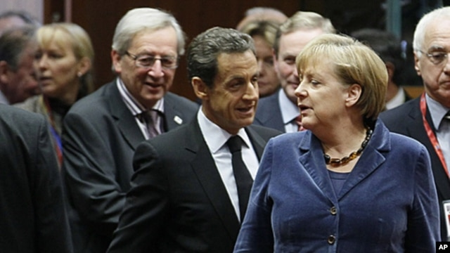 Luxembourg's Prime Minister Jean-Claude Juncker (L), France's President Nicolas Sarkozy (C) and Germany's Chancellor Angela Merkel (R) attend an European Union summit in Brussels, October 26, 2011.