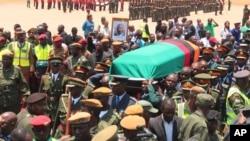 ພວກທະຫານແລະເຈົ້າໜ້າທີ່ລັດຖະບານ ໄປຕ້ອນຮັບສົບ ຂອງມື້ລາງ ປະທານາທິບໍດີ Michael Sata ທີ່ສະໜາມບິນນາໆຊາດ Lusaka (ວັນທີ 1 ພະຈິກ 2014)