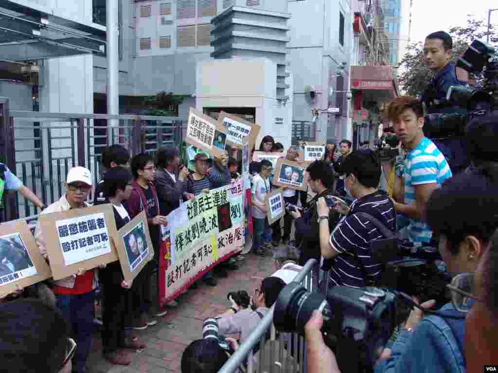 幾十家香港電子和平面媒體的記者在中聯辦採訪抗議活動,有的還在現場直播(美國之音海彥拍攝)
