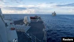 Doonii waraana Amerikaa USS Dewey ti Galaana Chaayina gama Kibbaa irratti lenjii waraanaatti jira.