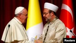 28일 터키 앙카라를 방문한 프란치스코 로마 카톨릭 교황(왼쪽)이 최고 이슬람 성직자인 메흐메트 교르메즈와 악수하고 있다.