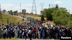 Đoàn thợ mỏ đình công đi đến gặp ban giám đốc tại mỏ AngloGold Ashanti