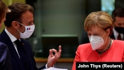 Francuski predsednik i nemačka kancelarka tokom samita EU