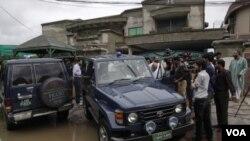 Para wartawan dan polisi Pakistan berada di rumah seorang warga AS yang diculik kelompok bersenjata di Lahore timur, Sabtu pagi (13/8).