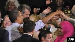 Tổng thống Obama (trái) chào ủng hộ viên tại cuộc vận động tranh cử của ứng cử viên thống đốc thuộc đảng Dân chủ Mark Dayton tại Ðại học Minnesota