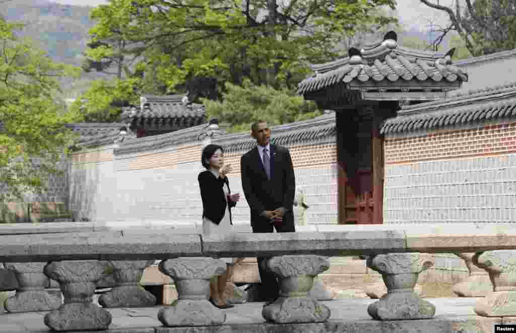 President Barack Obama tours Gyeongbok Palace in Seoul, April 25, 2014.