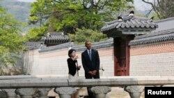 Presiden AS Barack Obama mengunjungi Istana Gyeongbok Palace di Seoul (25/4).