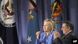 帕內塔和克林頓8月16日在國防大學演講