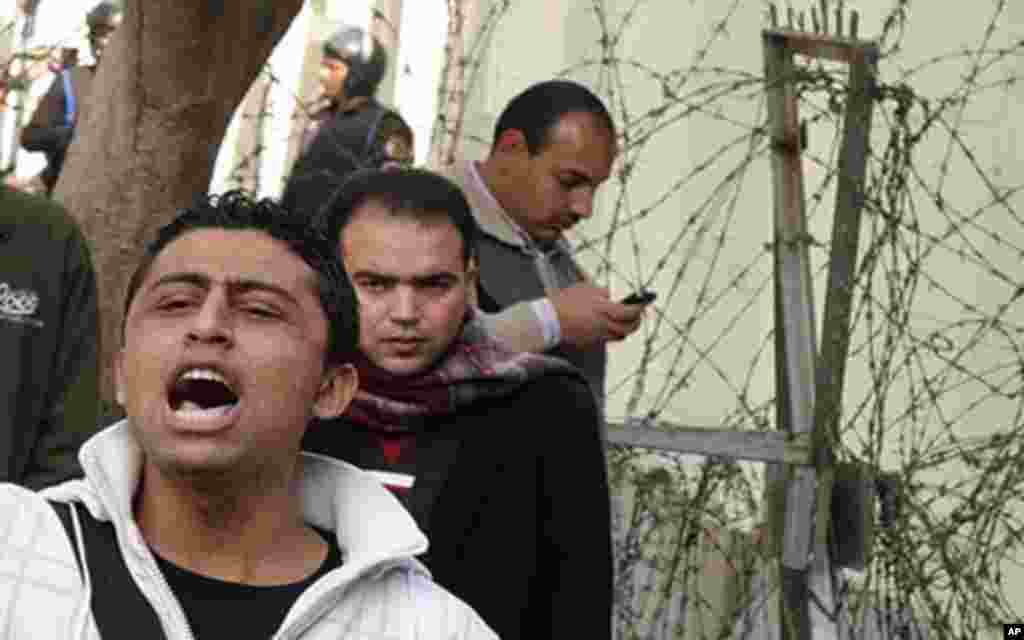 A young man leads the crowd in chants as protesters prepare to march on parliament, Cairo, January 23, 2012 (VOA - E. Arrott)