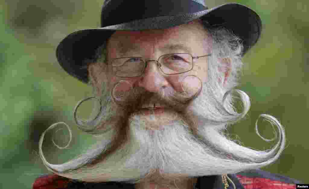 داڑھی اور مونچھوں کے بالوں کو ایسے تراشا گیا کہ دیکھنے والا دیکھتا ہی رہ جائے