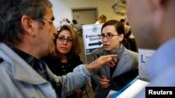 خانواده های ایرانی الاصل(سمت چپ) که بستگانشان در فرودگاه لس آنجلس امکان خروج نیافتند، با یکی از مقامات گفت و گو می کنند.