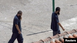 Dua tahanan dari etnis Uighur di China, yang dibebaskan dari Guantanamo pada 2006, terlihat ada di pusat penampungan di Tirana, Albania. (Foto: Dok)