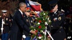 Presiden AS Barack Obama meletakkan karangan bunga di makam pahlawan tak dikenal di Taman Makam Pahlawan Arlington, dalam memperingati hari Veteran, Rabu (11/11).