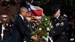 Predsednik Obama polaže venac na Grob neznanog junaka , Arlingtonsko groblje. 11. novembar, 2015.