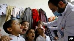 Doktor vaksîna nexweşiya Polio dide zarokên penaber yên Sûrî.
