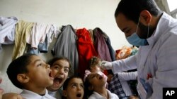 Seorang petugas kesehatan memberikan vaksinasi kepada anak-anak pengungsi Suriah di Lebanon (foto: dok).
