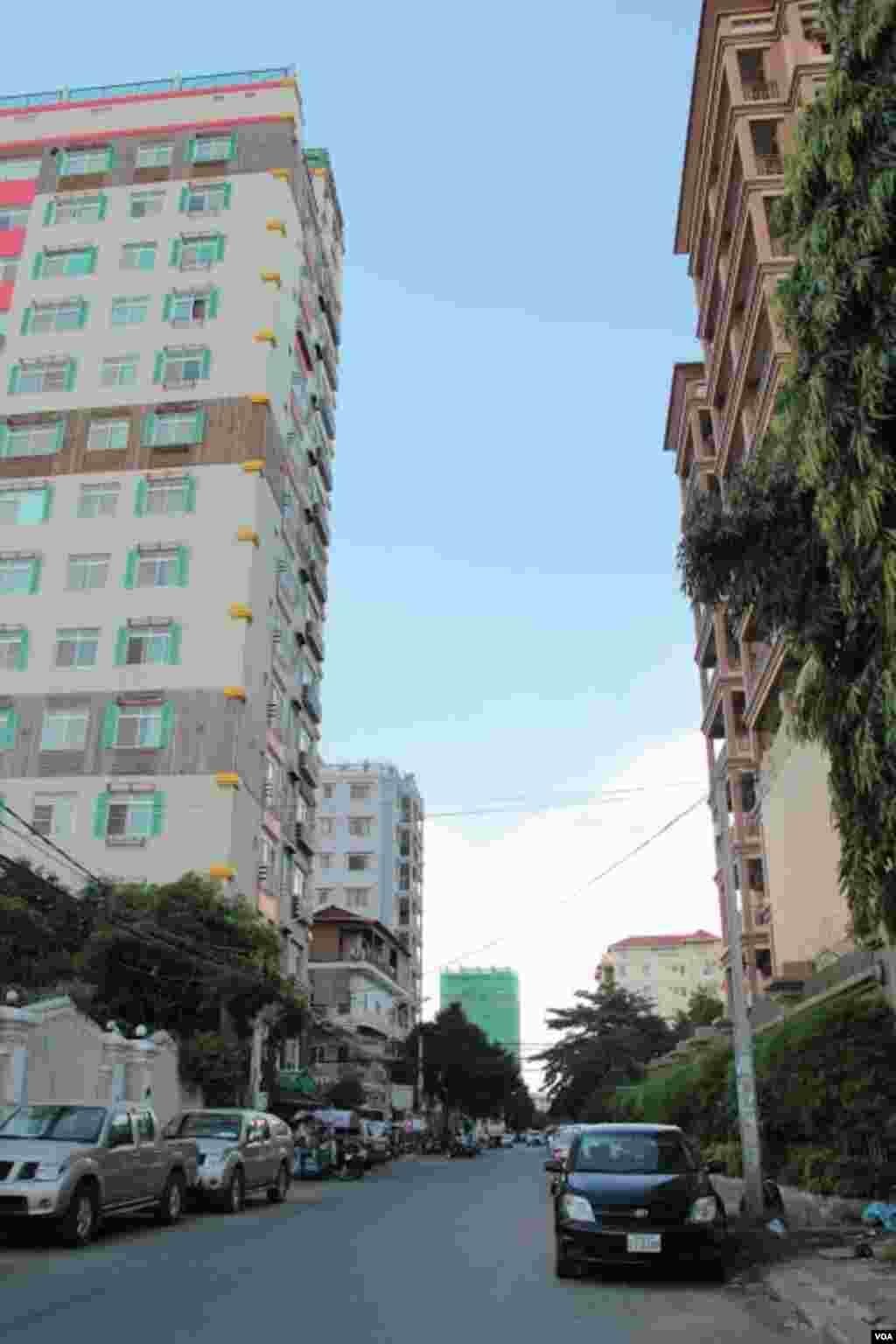 The increasing number of apartment buildings in Boeung Keng Kong in Phnom Penh, September 30, 2014. (Nov Povleakhena/VOA Khmer)