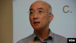 香港科技大學社會科學部副教授成名認為,推行國民教育影響香港一國兩制