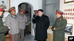 北韓新領導人金正恩與北韓軍人在一起(資料照片)