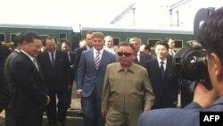 Lãnh tụ Bắc Triều Tiên Kim Jong Il đứng trước đoàn xe lửa bọc thép khi tới ga Bureya, phía đông Siberia, Nga, ngày 21/8/2011