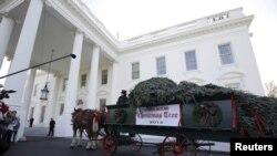 La Asociación Histórica de la Casa Blanca le da crédito a Lou Henry Hoover por establecer la costumbre de decorar un árbol oficial en la Casa Blanca.