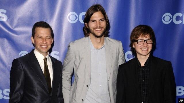 """Los protagonistas de """"Dos hombres y medio"""", John Cryer, izquierda, Ashton Kutcher y Angus T. Jones durante una celebración de su cadena CBS."""
