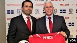 Ersal Özdemir Indiana Valisi Mike Pence'e Forma Hediye Ederken (Kaynak: Indy Eleven)