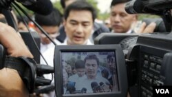 Perdana Menteri Thailand Abhisit Vejjajiva berbicara dengan pers ketika berkunjung ke daerah perbatasan dengan Kamboja (27/4).