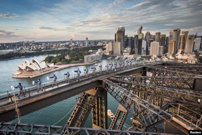 在澳大利亚最大城市悉尼的港湾大桥上,澳大利亚太极和气功学院开办了第一堂武术课(2017年5月2日)