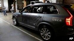 ARSIP – Sebuah mobil mandiri milik Uber diperagakan di sebuah bengkel di San Fransisco (13/12). (foto: AP Photo/Eric Risberg)