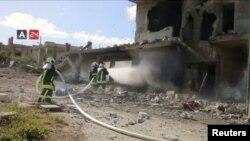Petugas damkar berusaha memadamkan kebakaran yang melanda bangunan rumah sakit Nabd Al-Hayat, setelah terkena serangan udara, di Hass, Idlib, Suriah 6 Mei lalu.