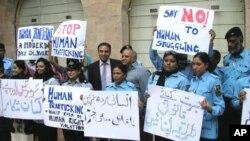 پولیس اور غیر سرکاری تنظیموں کے عہدیدار انسانی اسمگلنگ کے خلاف عزم کا اظہار کررہے ہیں