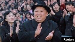 El líder de Corea del Norte, Kim Jong Un visita un colegio de capacitación remodelado en Pyongyang. Enero 17 de 2018. Foto proporcionada por KCNA, la agencia oficial de noticias norcoreana. Foto: vía Reuters.