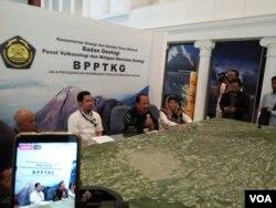 Kepala PVMBG Kasbani memberikan keterangan kondisi terakhir Merapi di kantor BPPTKG Yogyakarta, Senin, 26- November 2018. (Foto: VOA/Nurhadi)