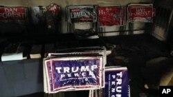 Carteles de la campaña presidencial de Donald Trump fueron quemados durante el incendio intencional en una oficina del Partido Republicano en Hillsborough, Carolina del Norte, el domingo, 16 de octubre, de 2016.