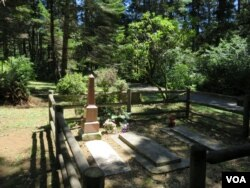At the Geisel Monument State Heritage Site there are no interpretive materials beside the family gravestones to explain this homestead's place in the history of the Rogue River Indian War. (Tom Banse for VOA)