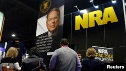 Người đến đăng ký tại quầy của Hiệp hội Súng trường Quốc gia (NRA) tại Hội nghị Hành động Chính trị Bảo thủ (CPAC) ở National Harbor, bang Maryland, ngày 23 tháng 2, 2018.