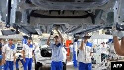 ရန္ကုန္ၿမိဳ႕ Suzuki ကားစက္ရံုတခုမွာ အလုပ္လုပ္ေနၾကတဲ့ အလုပ္သမားမ်ား။ (ၾသဂုတ္ ၂၁၊ ၂၀၁၉)