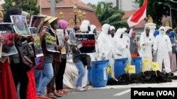 Warga desa Lakardowo bersama aktivis lingkungan Ecoton, menggelar aksi dan teaterikal di depan gedung negara Grahadi, Surabaya, 17 November 2016, menuntut penutupan pabrik pengolahan limbah B3 yang diduga mencemari lingkungan (Foto: VOA/Petrus).
